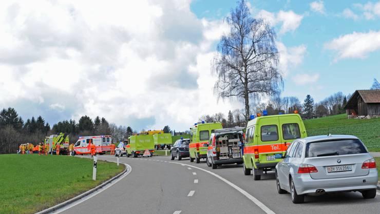 Ein Grossaufgebot an Rettungskräften rettet die beiden verunfallten Autolenker