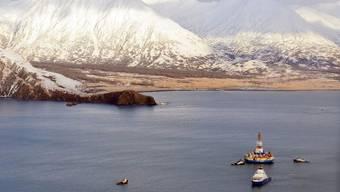 Konnte abgeschleppt werden: Die Bohrinsel Kulluck vor der Kodiak-Insel in Alaska