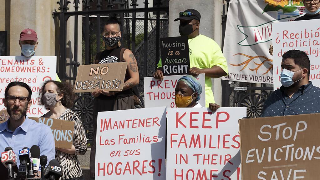 Vertreter einer Koalition von Gruppen, die sich für Wohnungsgerechtigkeit einsetzen, halten während einer Pressekonferenz Schilder gegen Zwangsräumungen. Der Oberste Gerichtshof der USA hat ein Moratorium blockiert, das Mieter während der Corona-Pandemie vor Zwangsräumungen schützen sollte.