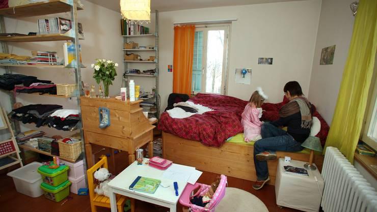 Einblick in das Schlafzimmer der Alleinerziehenden Mutter mit zwei Töchtern. Sie lebt unter dem Existenzminimum in Dulliken. Aufgenommen am 4. Februar 2010.