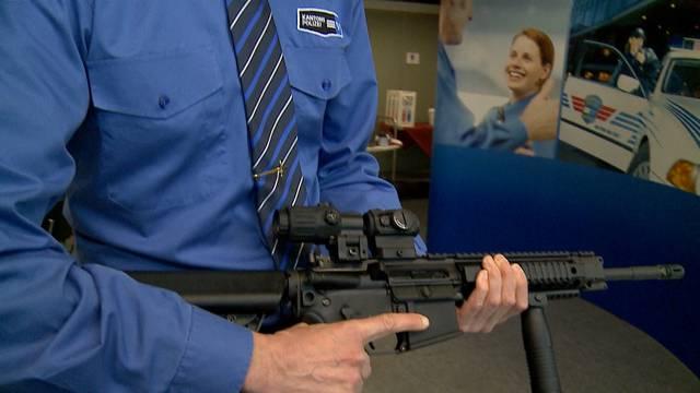 Polizeichef Michael Leupold präsentiert das neue Sturmgewehr der Aargauer Kantonspolizisten.