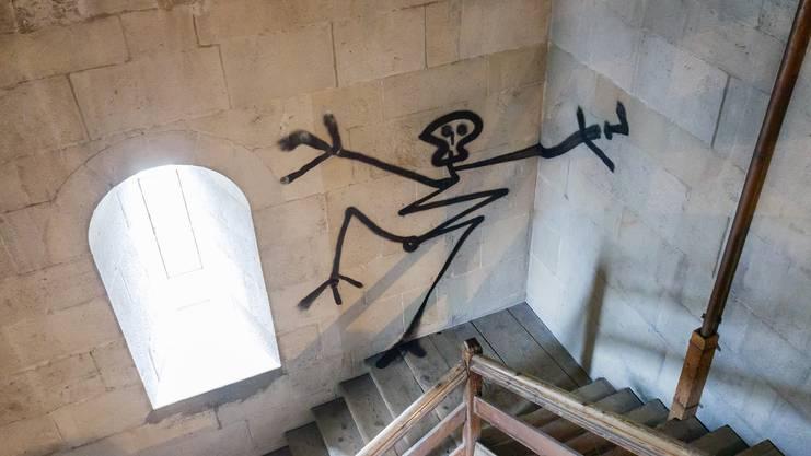 Tanzendes Skelett im nicht zugänglichen Glockenturm: Die Finger und Zehen ragen links auf den unbehandelten Sandstein.