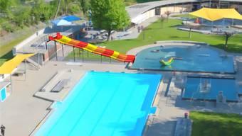 Weil die Rutschbahn direkt vom Aufsichtsposten der Badmeister ins Nichtschwimmerbecken führt, braucht es kein zusätzliches Personal. zvg