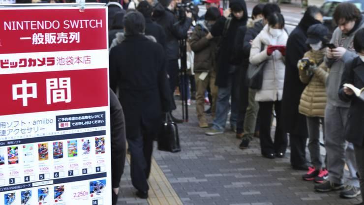 """Fans warten in Tokio auf den Verkaufsstart der neuen Nintendo-Konsole """"Switch"""""""