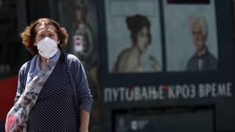 Eine Frau läuft mit Maske durch Belgrad. Serbien gilt laut Bund als Risikoland.