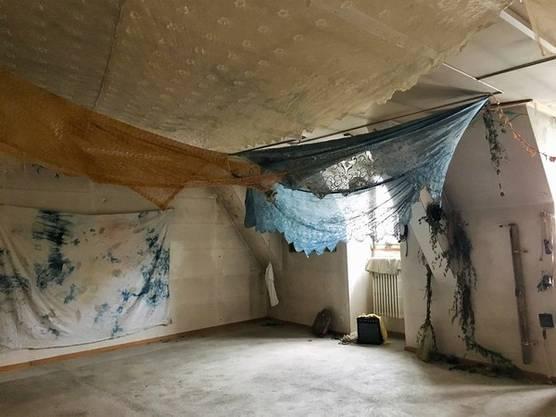 Versteckis unter Reto Pulfers Tüchern im Museum der Kulturen