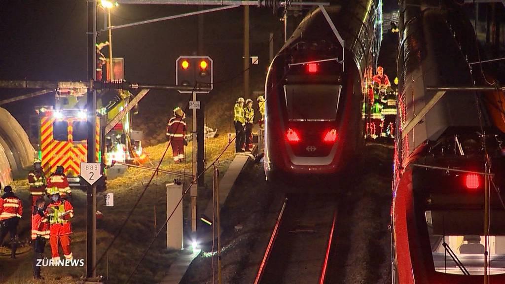 Auto zwischen zwei Zügen eingeklemmt: Wie kam es dazu?