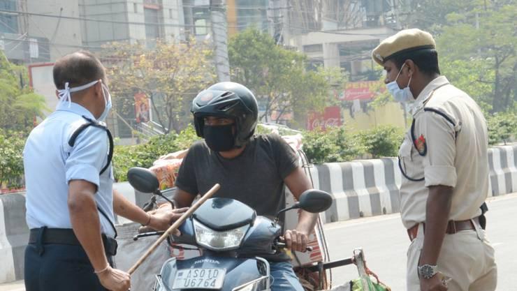 Polizisten in der indischen Stadt Guwahati bei einer Kontrolle während des Lockdowns. (Archivbild)