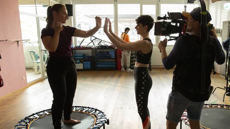 Die Schauspielerinnen Rachel Braunschweig (l.) und Sophie Hutter sowie Kameramann Pietro Zuercher bei den Dreharbeiten zur SRF-Serie Neumatt in Zufikon