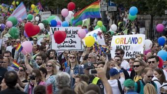 Gay-Pride-Paraden in vielen Städten Europas gedenken den Opfern von Orlando