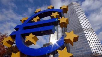Die Europäische Zentralbank (EZB) lässt ihren Ankündigungen vom Juni Taten folgen und halbiert das Volumen ihrer Anleihenkäufe ab dem kommenden Monat auf 15 Milliarden Euro monatlich. (Themenbild)