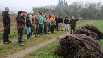 Daniel Kleger erklärt den Jagdlehrlingen, wo die 2000 Sträucher angepflanzt werden sollen.