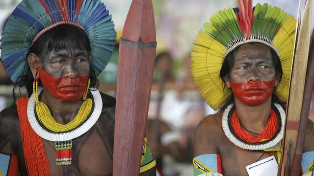 Brasilianische Ureinwohner protestieren gegen das geplante Mega-Kraftwerk am Xingu-Fluss (Archiv)