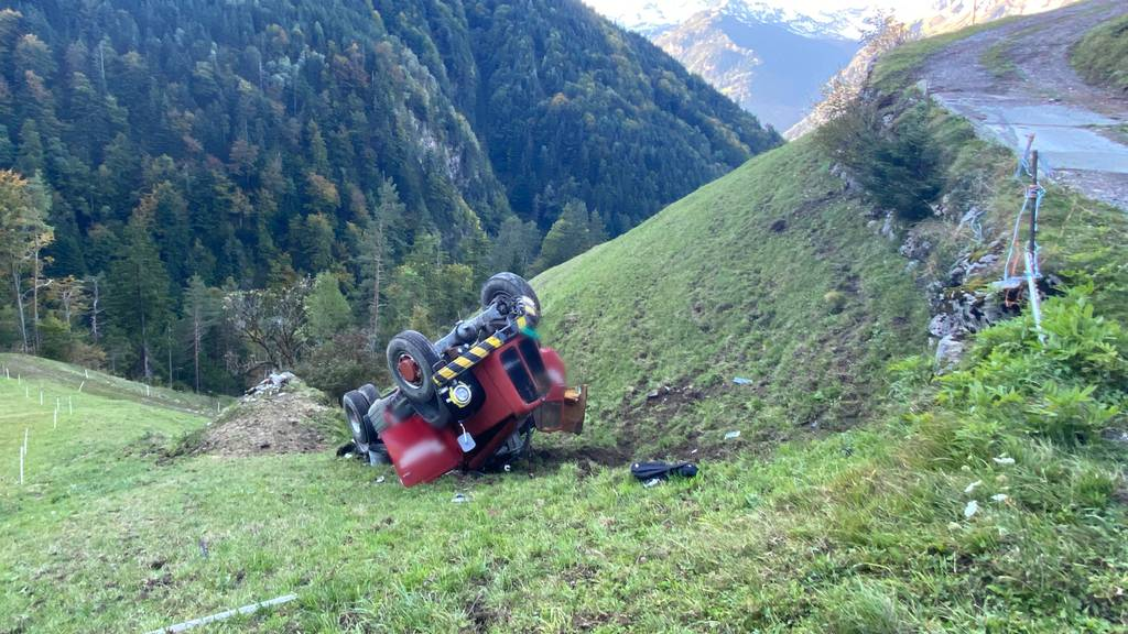 Lastwagen überschlägt sich – Chauffeur schwer verletzt