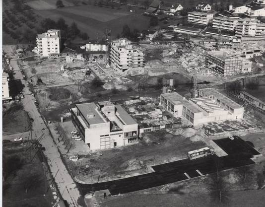 Die katholische Kirche Geroldswil (im Vordergrund rechts) wurde 1972 eingeweiht.
