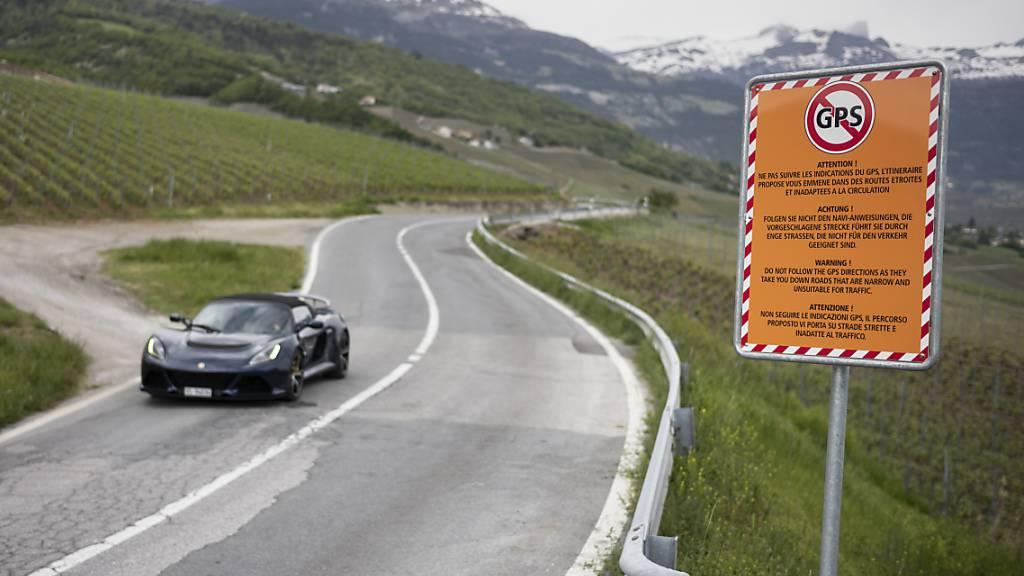 Dorf warnt GPS-Fahrer mit Schild vor engen Strässchen