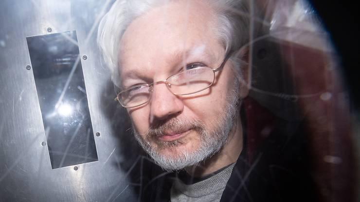 ARCHIV - Wikileaks-Gründer Julian Assange verlässt am 13. Januar 2020 das Westminster Magistrates Court in London, wo er zu einer Anhörung zum Auslieferungsgesuch der USA erschien. Foto: Dominic Lipinski/PA Wire/dpa