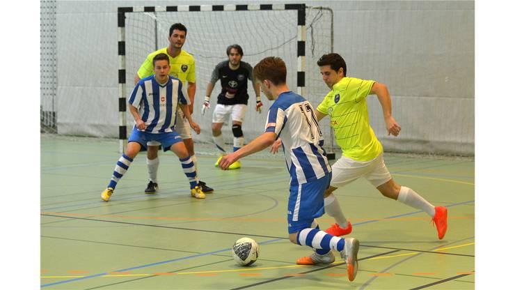 Durim Racaj passt in die Mitte zu seinem Mitspieler.