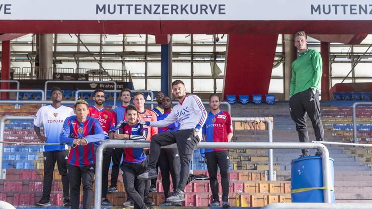 Aktuelle FCB-Spieler posieren in Retro-Shirts in der Muttenzerkurve.