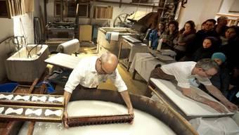 Die Basler Papiermühle stellt die Siegerprojekte «Papierlampe» und «Futtervilla» künftig selber her und bietet sie im Laden an. (Symbolbild)