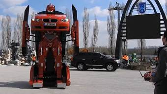 Aus dem Auto wird ein Roboter wird ein Auto. Erster Aussentest der türkischen Erfindung.