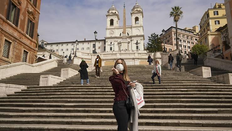 In Rom bleiben die Touristen weg: eine Frau unter der spanischen Treppe am 5. März.