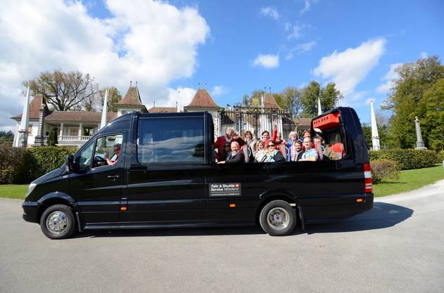 Der Cabrio-Panoramabus vor dem Schloss Waldegg