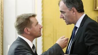 Toni Brunner (l) und Christophe Darbellay beim Diskutieren. (Archiv)