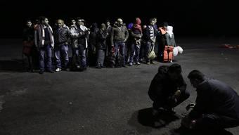 Bootsflüchtlinge aus Syrien, die Anfang Mai nach ihrer Ankunft auf Kos auf die Kontrollen der Grenzbehörden warten