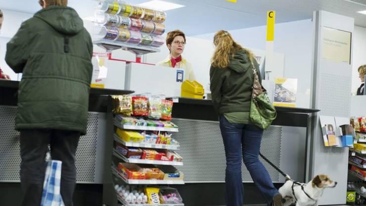 23 Prozent der Swisscom-Kunden bezahlen ihre Handy-Rechnungen immer noch mit dem orangen Einzahlungsschein am Postschalter. (Symbolbild)