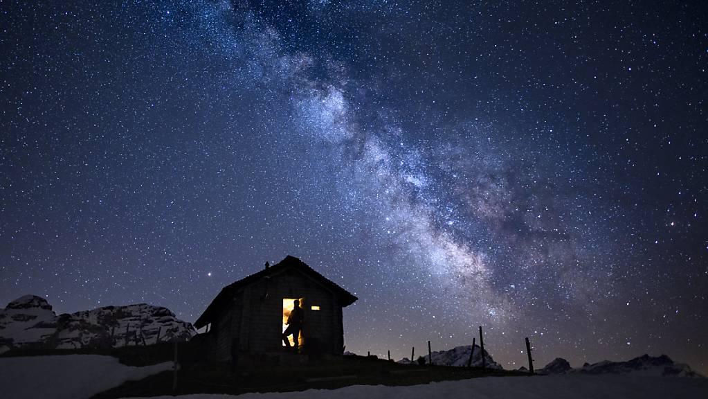 Die Sterne im Zentrum der Milchstrasse bildeten sich in zwei Wellen. Im Bild die Sicht auf die Milchstrasse vom Ormon-Tal (VD) aus. (Archivbild)
