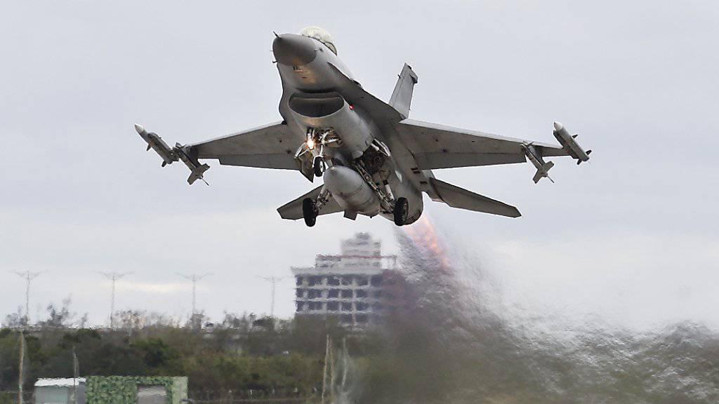 Ein in den USA gefertigter F-16-Kampfjet bei einem Übungsflug im Osten Taiwans. (Archivbild)