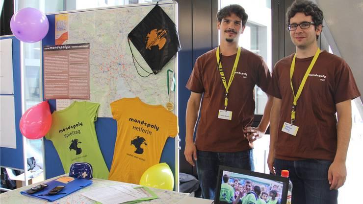 Fabian Büechi (links) und Adrian Dörig stellen Mondopoly am Tag der offenen Tür im Campus Brugg-Windisch vor. CM