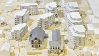 Rund 85 Wohnungen in acht Mehrfamilienhäusern sollen sich in wenigen Jahren zum «Steinhof»-Ensemble gesellen. Am hinteren Rand des Modells zeichnet sich bereits die geplante Überbauung «Im Grund» mit weiteren rund 80 Wohnungen ab. (Modellfoto/zvg)