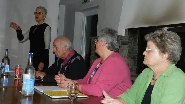 Referentin Eva Schütz, Paul Jaeggi, Pia Schmid und Hanneli Reimann vom Vorstand «Fürenand» (v.l.) während des Infoabends. bi