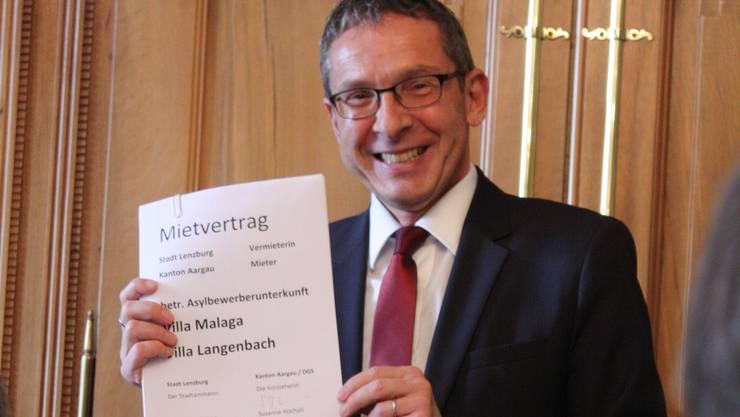 Regierungsrat Urs Hofmann brachte den fiktiven Vertrag für Asylbewerberunterkünfte in der Villa Malaga und der Villa Langenbach gleich mit.