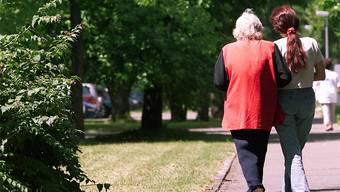 Ausländische Pflegerinnen sind für manche Menschen einen günstige Alternative zum Altersheim. Symbolbild: Rolf Jenni