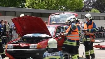 An der Mia 2019 in Grenchen zeigt die Feuerwehr, wie eine eingeklemmte Person aus einem Unfallfahrzeug gerettet wird. Eine weitere Demo findet am Sonntag auf dem Badi-Parkplatz statt.