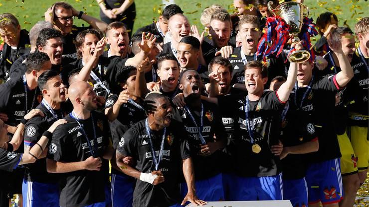 Pokal-Übergabe: Die Basler Mannschaft feiert im St. Jakob-Park den Schweizer Meister-Titel