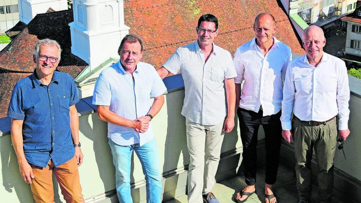 Stadtpräsident Martin Wey (ganz rechts) und Stadtschreiber Markus Dietler (ganz links) zeigen den Altenburger Gästen Thomas Knechtel, André Neumann und Stefan Knechtel (von links) das Panorama von der Stadthausterrasse.