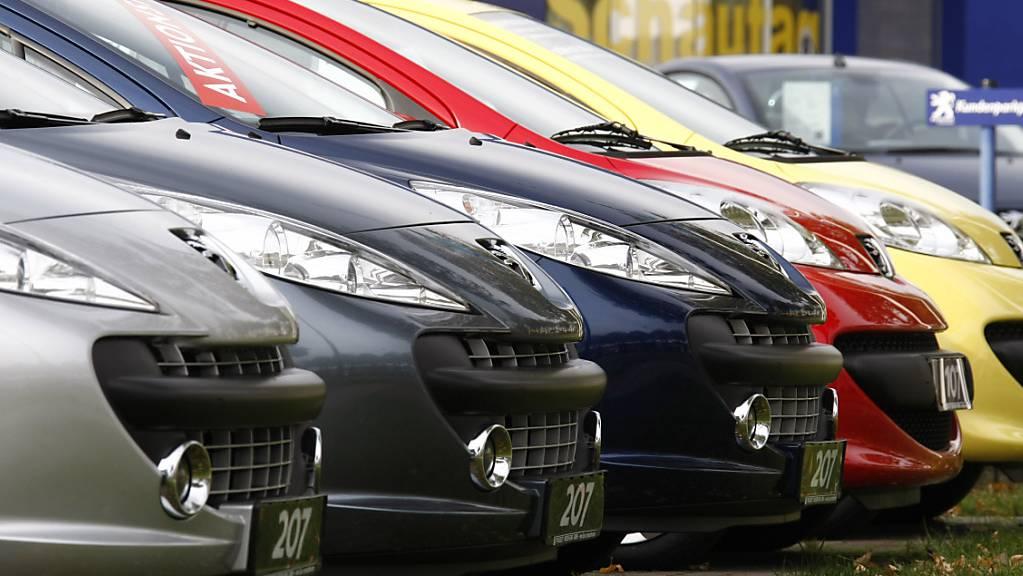 Seit 2015 müssen importierte Neuwagen bestimmte CO2-Grenzwerte erreichen. Ist das nicht der Fall, muss das Unternehmen eine Strafe bezahlen. Die BA wirft einem Astra-Mitarbeiter vor, einem Importeur geholfen zu haben, diese Strafe zu vermeiden. (Archivbild)