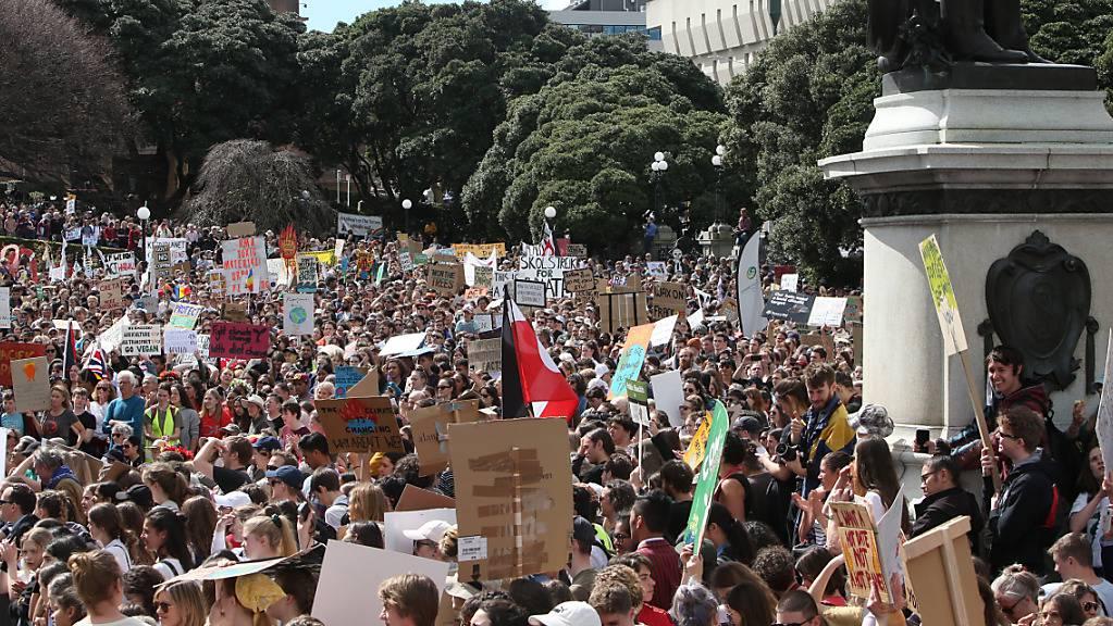 In Wellington, der Hauptstadt Neuseelands, sind am Freitag zahlreiche Menschen für mehr Klimaschutz auf die Strasse gegangen.
