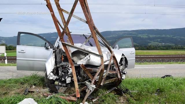 Unfall in Deitingen: Eine Autolenkerin fährt in einen Strommast und wird mittelschwer verletzt.