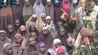 Ausschnitt des Boko-Haram-Videos: Im Hintergrund sind mehrere Frauen zu sehen - es soll sich dabei um die vor rund zwei Jahren entführten Mädchen aus Chibok handeln.