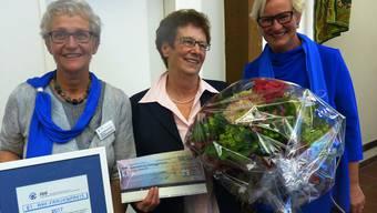 Der AKF mit Vroni Peterhans (links) und Pia Viel (rechts) verlieh der Kaisterin Elsy Amsler (Mitte) den Frauenpreis für ihr Hilfswerk in Kenia. ari