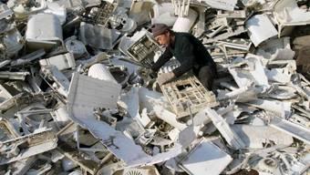 Arbeiter in einem Recycling-Betrieb in Shenyang. Peking will ab morgen Freitag Plastikmüll um 30 Prozent reduzieren, etwa indem Einweggeschirr nur noch auf Verlangen ausgegeben wird. (Archivbild)