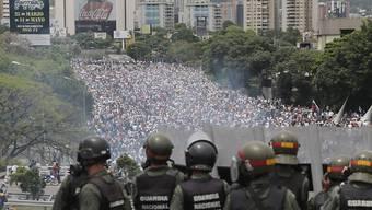 Maduros Pläne, die Verfassung ändern zu wollen, haben zu einem erneuten Sturm der Entrüstung unter Oppositionellen geführt. Zu Tausenden gingen sie am Mittwoch in Caracas auf die Strasse, und wieder kam es zu gewaltsamen Zusammenstössen mit der Polizei.