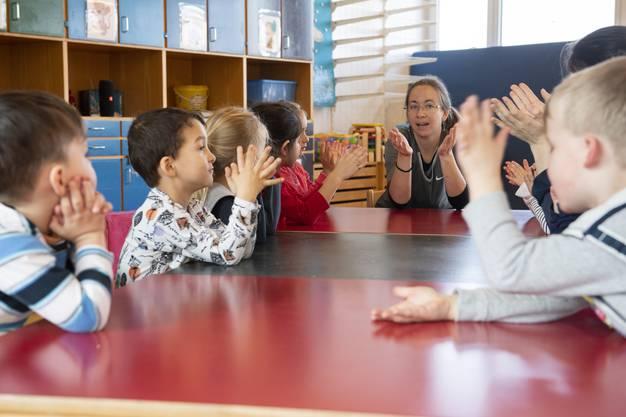 Die Spielgruppenleiterin singt mit den Kindern vor der Pause im Bärlihuus des Elternvereins Uitikon.