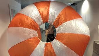 Der Fallschirm wurde von der am Donnerstag abgestürzten Transport-Drohne mitgeführt. Die Stadtpolizei Zürich hatte befürchtet, starke Windböen hätten den Fallschirm kilomterweit vom Absturzort abgetrieben.