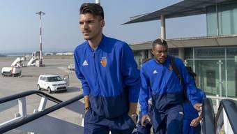 Die FCB-Spieler Raoul Petretta (vorne) und Geoffroy Serey Die auf dem Weg nach Griechenland. Für den FC Basel wird die Champions-League-Qualifikation richtig hart.
